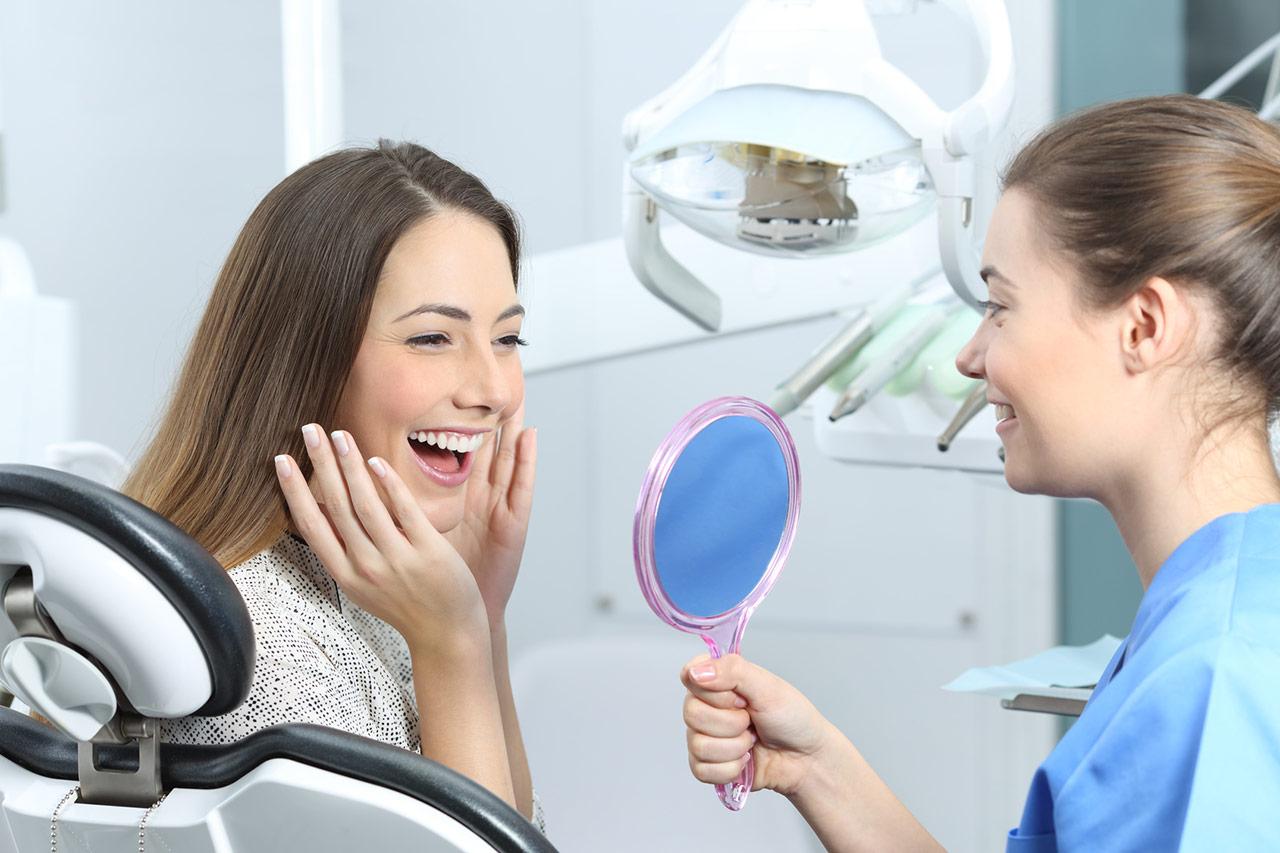 kobieta - piękny uśmiech - implanty